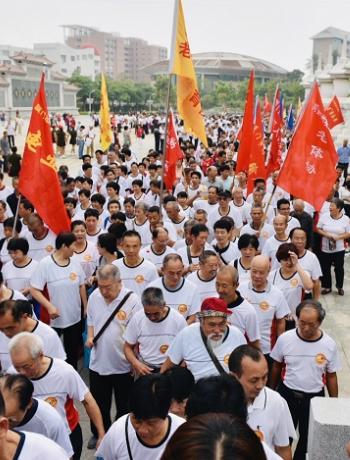 香港马会资料大全:三千老人登高望远  锣鼓喧天共话重阳