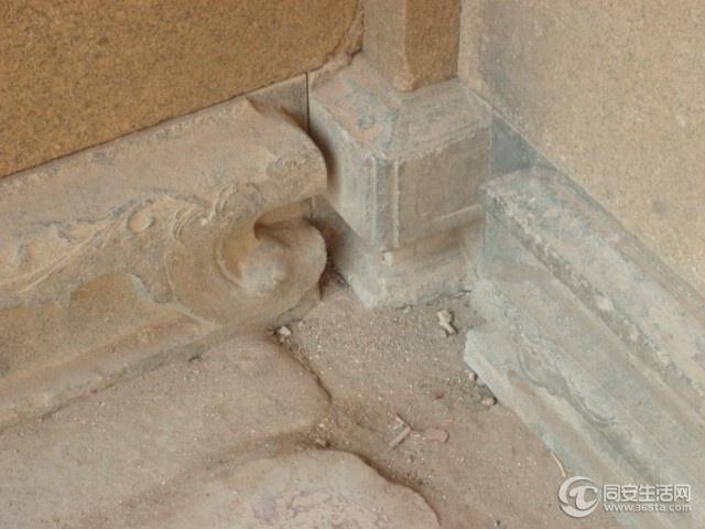 石构窗的窗柱常以一种圆雕形式出现,雕有动物花卉,如果是镂花窗,常见